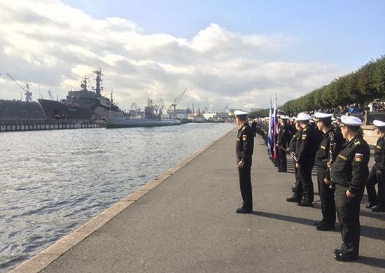 Впервые в современной истории ВМФ и Санкт-Петербурга участников дальнего похода торжественно встретили на набережной Лейтенанта Шмидта