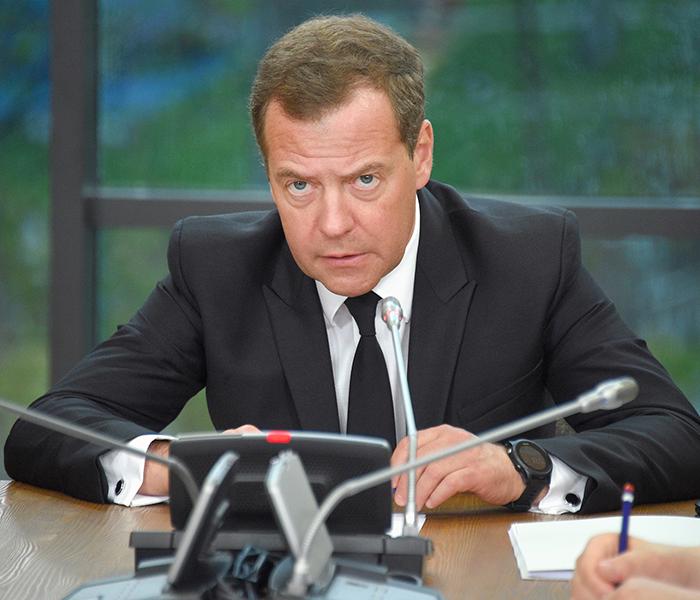 Медведев ушел в отставку вместе с правительством