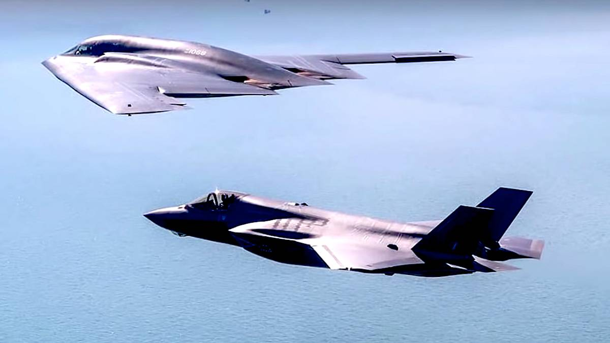 Самые дорогие самолёты в мире проводят учения неподалёку от границ России