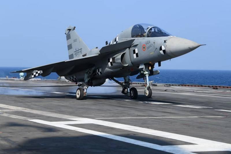 Индийский палубный истребитель Naval Tejas впервые взлетел с палубы авианосца