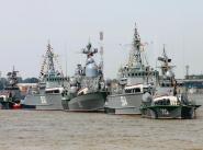Парадный строй кораблей Каспийской флотилии по случаю празднования Дня ВМФ России.