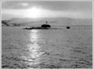"""АПЛ К-276 (зав. № 302, с 03.06.1992. - Б-276, с 06.04.1993. - """"Краб"""", с 15.11.1996. - """"Кострома""""), после столкновения 11 февраля 1992 года с АПЛ «Батон-Руж» класса «Лос- Анджелес». Снимок сделал во время сопровождения лодки в базу с борта спасательного буксира СБ-523 дежуривший на нём в числе спасательного отряда Северного флота"""