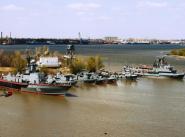 Корабли охраны водного района и суда обеспечения в бухте Золотой Затон.