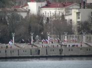 Жители Севастополя встречают корабли возвратившиеся в родную базу