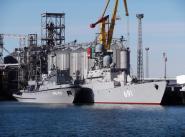 """Морской буксир """"МБ-58"""" и – ракетный корабль """"Татарстан"""" во время визита в Актау."""