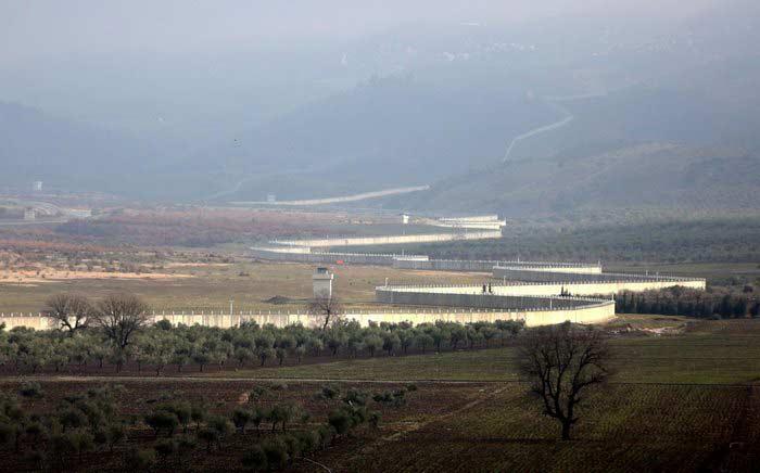 Турция построила более половины бетонной стены на границе с Сирией